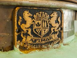 Alte Plakete auf einem Kessel der Destillerie