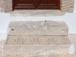 Ein antiker Rest in der Eingangsstufe zur Kirche zeigt, dass hier schon in der Antike ein Heiligtum war.
