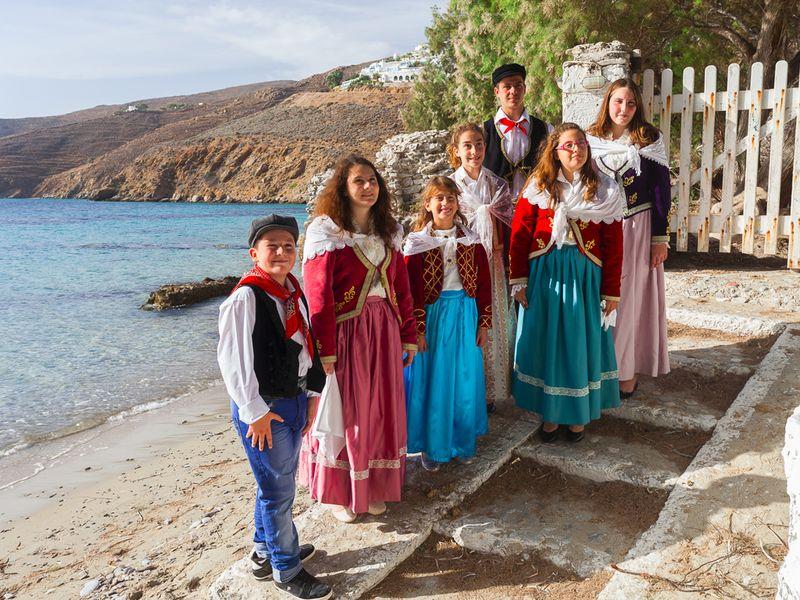 Die Schüler in lokaler Tracht für die Inseltänze