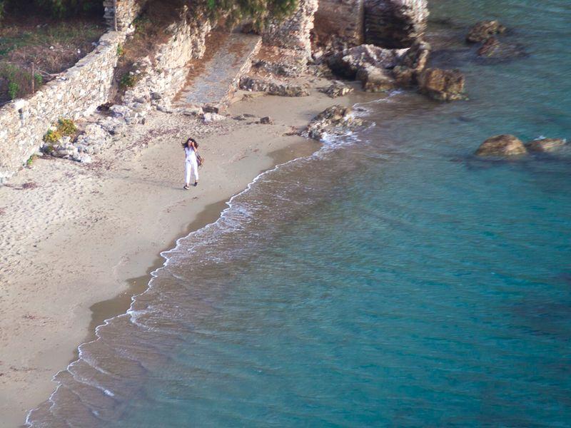 Das kristallklare Wasser am Strand von Aegialis läd szum Spaziergang ein