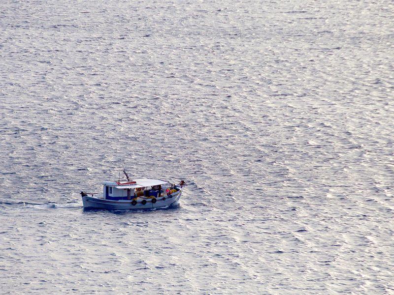 Fischerboot vor der Küste der Insel Amorgos