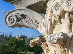 Die Korinthischen Säulenkapitelle kopieren die Blätter der Akanthus-Distel. (c) Tobias Schorr