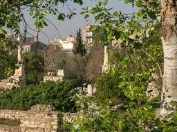 Blich auf antike Denkmalsäulen in der antiken Agorá. (c) Tobias Schorr