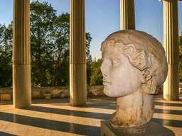 Frauenprotrait in der Hadrian-Stoa in Athen. (c) Tobias Schorr