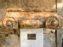 Ein sehr gut erhaltenes, antikes Säulenkapitell im Ionischen Stil. Hadrian-Stoa in Athen. (c) Tobias Schorr