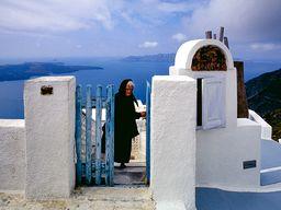 Die alten Frauen tragen in Griechenland meist schwarz. Selbst, wenn ihre Ehemänner vor Jahrzehnten verstorben sind. (c) Tobias Schorr