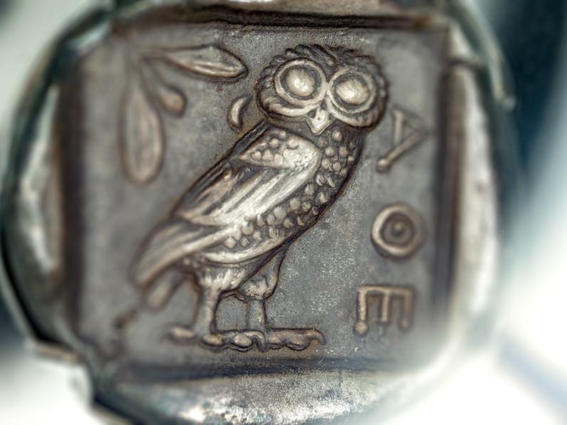 """Die berühmte Silbermünze """"Drachme"""" ist das Motiv des heute geläufigen € aus Griechenland. (c) Tobias Schorr"""