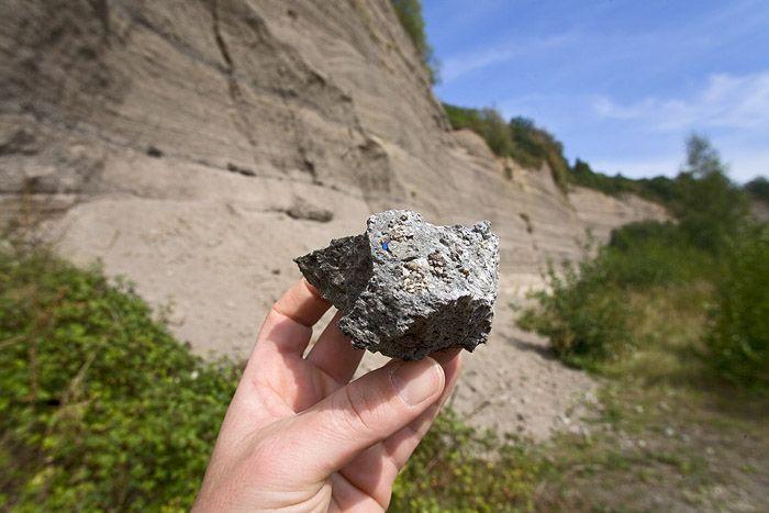 Bims mit einem tiefblauen Hauyn-Kristall von der Wingerstsbergwand beim Laacher See. (c) Tobias Schorr