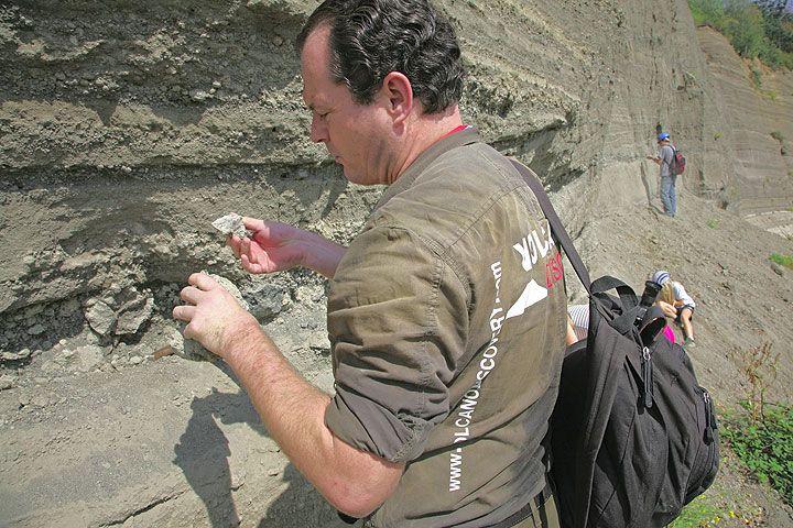 Tobias Schorr sucht nach blauen Hauyn-Kristallen an der Wingertsbergwand. (c) Tom Pfeiffer