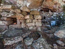 Eingang zu der Höhlen-Kapelle auf der Nymphios-Hochebene der Insel Nisyros. (c) Tobias Schorr 2014