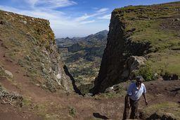 Schlucht mit Blick auf das vulkanische Land bei Debre Sina. Davor machte mich Samson mit ein paar Schäfern bekannt. (c) Tobias Schorr