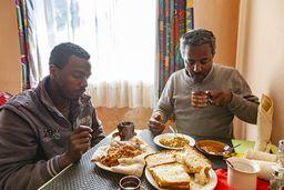Samson und sein Fahrer beim Frühstück. Die Fladen aus dem gesunden Teff-Mehl gehören zu jeder Mahlzeit und sind sehr lecker! (c) Tobias Schorr