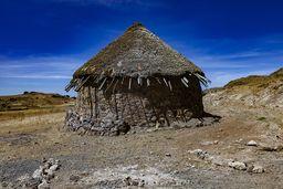 Eine für Afrika typische Rundhütte. Vor Jahrtausenden baute man auch in Europa solche Hütten! (c) Tobias Schorr
