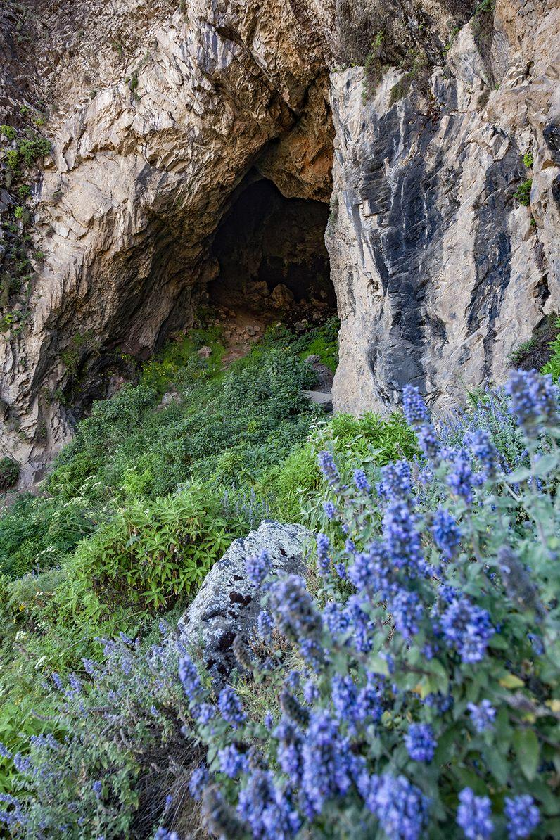 Eine ehemalige Lavahöhle in den Flutbasalten gigantischer Vulkanausbrüche, die das Hochplateau von Mittel-Äthiopien gebildet haben. (c) Tobias Schorr
