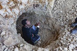 Dieses kleine Loch hat schon Opal im Wert mehrerer Hundertausend Euro gebracht. Dran verdient haben nicht die Bergarbeiter aus dem Dorf, sondern Händler aus Addis Abeba und Dubai. (c) Tobias Schorr