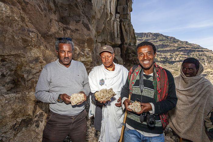 Samson und zwei Herren aus dem Dorf und unser Fahrer mit dem von mir gefundenen Opal. (c) Tobias Schorr