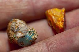 Wertvolle, kleine Bruchstücke von Opal. (c) Tobias Schorr