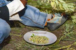 Grüne Erbsen sind ein Snack, den alle naschen... (c) Tobias Schorr