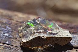 Glasopal mit grünlichem Farbspiel. (c) Tobias Schorr
