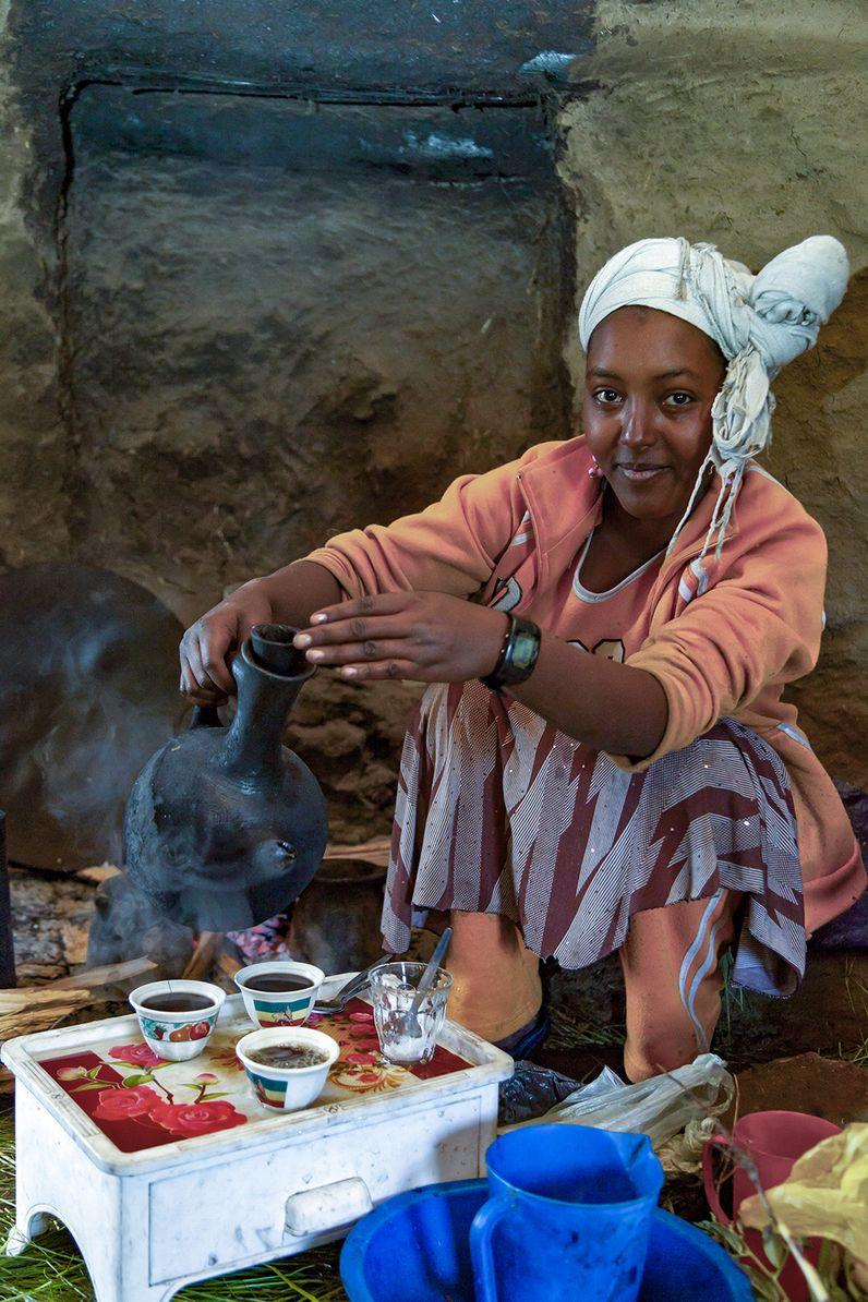 Unsere Gastgeberin bereitete frischen Buna (Kaffee) zu und dazu gab es kleine Snacks. (c) Tobias Schorr