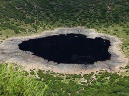 Am Kraterboden des El Sod wird Salz gewonnen