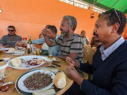 Essen mit Freunden im landestypischen Restaurant