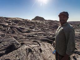 Unser Reiseleiter Enku auf dem Lavafeld des Erta Ale (c) Tobias Schorr