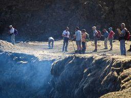 Touristen am Rand des Lavasees des Erta Ale (c) Tobias Schorr