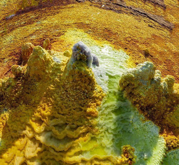Überall kommen heiße, salzreiche Lösungen aus der Tiefe. Sie oxidieren und bilden diverse Faben. (c) Tobias Schorr