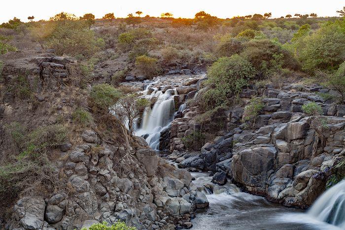 """Eine """"Vulkanreise"""" schließt die """"Natur"""" nicht aus! Und so begann unsere Reise im Nationalpark Awash mit seinen beeindruckenden Wasserfällen. (c) Tobias Schorr Dez. 2014"""