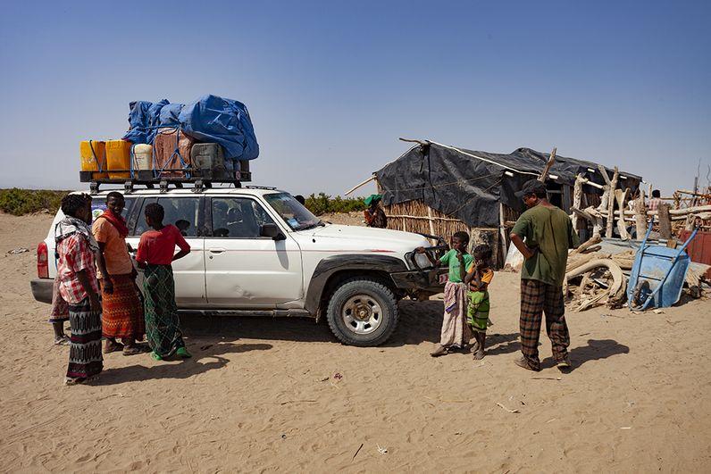 Unsere Jeeps im Dorf der Afar. (c) Tobias Schorr