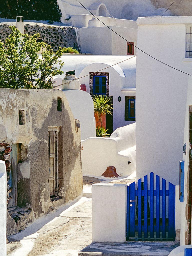 Eine kleine Gasse im oberen Teil von Oía. Finikia war 2007 noch ein ursprüngliches Dorf, indem auch noch Santoriner wohnten. Inzwischen wandelt sich der im Tal liegende Ort mehr und mehr zu einer Ansammlung teurer Ferienwohnungen. (c) Tobias Schorr