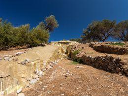 Der Dromos zum großen Kuppelgrab von Galatas (c) Tobias Schorr