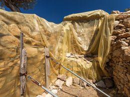 """Der Eingang zum großen Kuppelgrab wird provisorisch """"geschützt"""" (c) Tobias Schorr"""