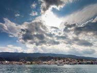 Galatas liegt an der Ostküste der Peloponnes