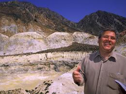 Der griechische Geologe Papanikolaou am Polyvotis-Krater (c) Tobias Schorr