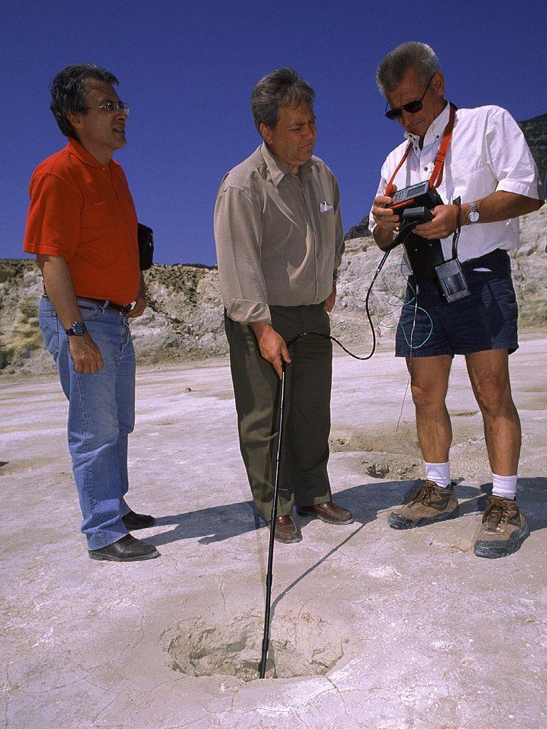 Geologen messen die Temperaturen der Fumarolen im Stefanoskrater (c) Tobias Schorr