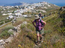 Die amerikanischen Gäste beim Aufstieg zum höchsten Gipfel Santorins. Der Weg von Pyrgos zum Profitis Ilias dauert ca. 30-40 Minuten. (c) Tobias Schorr