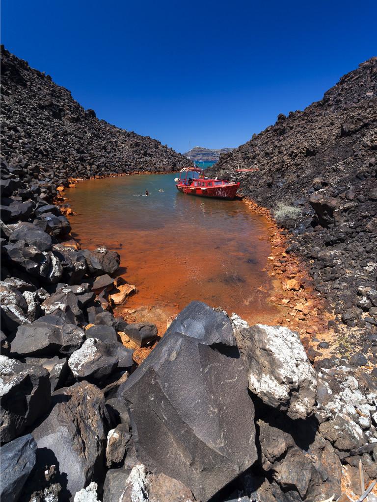 Die Bucht mit den Thermalquellen auf der Insel Nea Kameni. (C) Tobias Schorr, April 2017