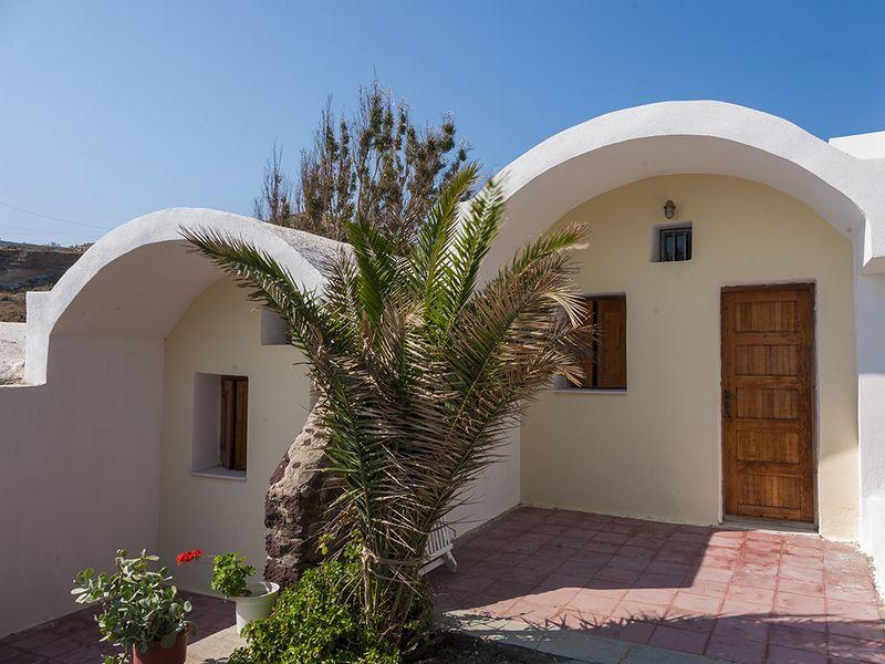 Jedes Zimmer ist im typischen Santorin-Baustil und mit kleiner Terrasse zum Meer ausgestattet. (c) Tobias Schorr