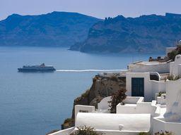 Blick über die typischen Hotels in Oía auf die Insel Thirasiá. (c) Tobias Schorr