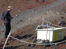 Tobias Schorr erklärt bei seinen geführten Wanderreisen den Gästen die Funktion der Messgeräte auf Griechenlands jüngster Vulkaninsel Nea Kameni. (c) Thomas Reimers