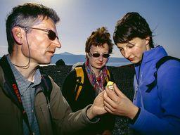 Die Familie Reimers hält ein Stück frischen Schwefel in der Hand. (c) Tobias Schorr