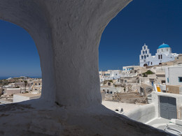 Durchblick auf eine Kirche, Pyrgos/Santorini (c) Tobias Schorr, April 2017