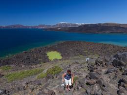 Auf der Insel Palea Kameni machen wir Pause und besuchen auch den kleinen Kratersee. (c) Tobias Schorr, April 2017