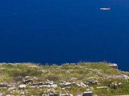 Flugzeug beim Landeanflug. Im Vordergrund sieht man das Theater von Alt-Thera. (c) Tobias Schorr April 2017