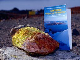 Das Vulkanbuch von Georgis Vougioukalakis und frischer Schwefel aus der Fumarole. (c) Tobias Schorr