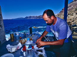 Tom Pfeiffer mit einer Reisegruppe beim Zubereiten des Picknicks. (c) Tobias Schorr, Mai 2005