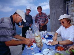 Tom Pfeiffer mit einer Reisegruppe beim Zubereiten des Picknicks. (c) Tobias Schorr, April 2006