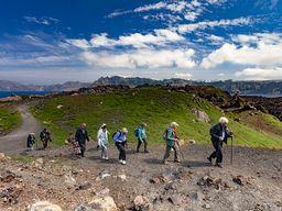 Die Reisegruppe am Krater von Mikri Kameni.